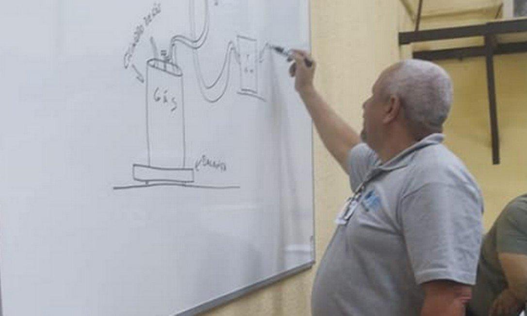 Mecânico oferece consertos gratuitos geladeira vítimas enchente