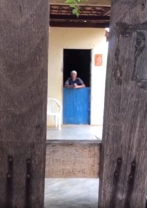 quarentena coronavírus Rapaz visita avó à distância