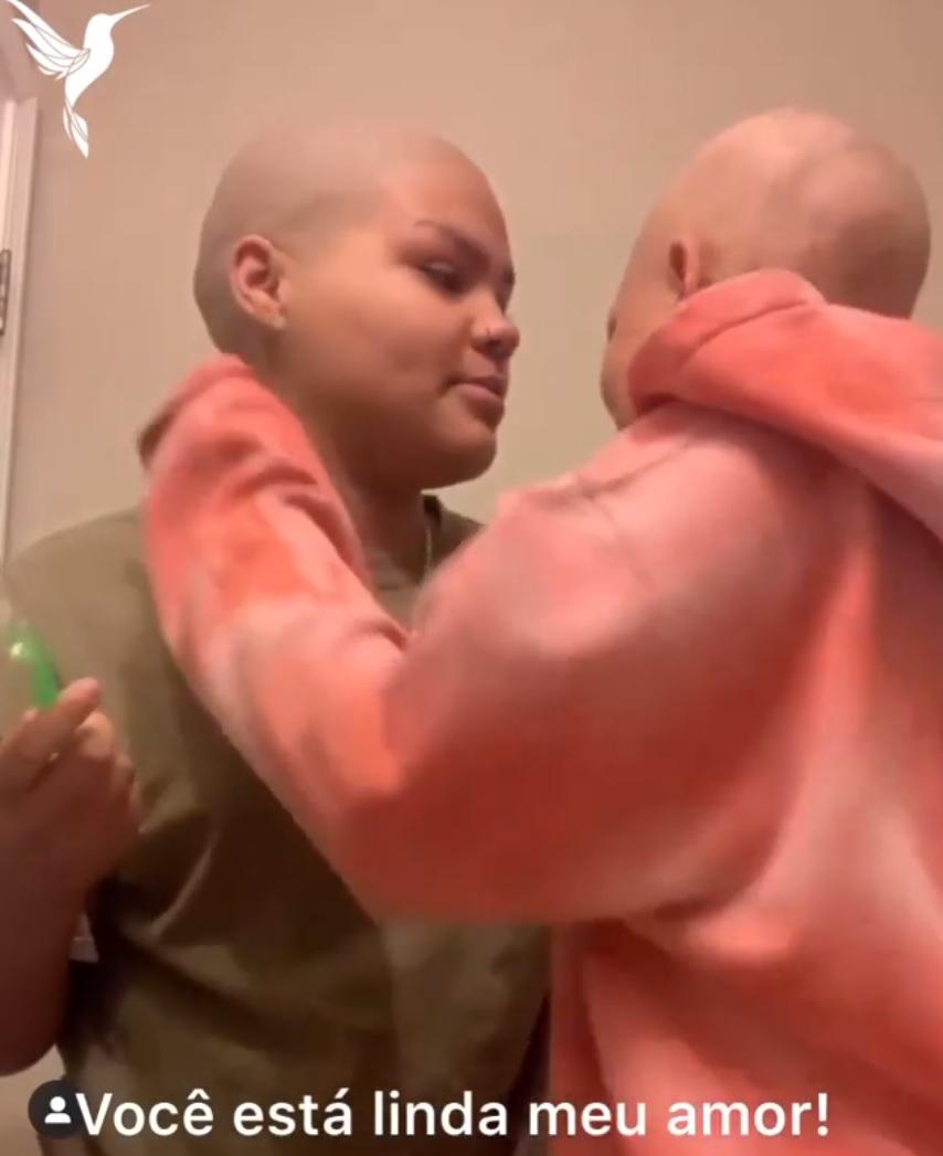Menina raspa cabeça e sobrancelha para apoiar irmã que luta contra câncer