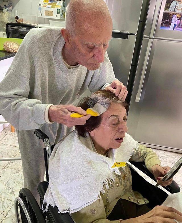 foto idoso ajuda esposa pintar cabelo quarentena