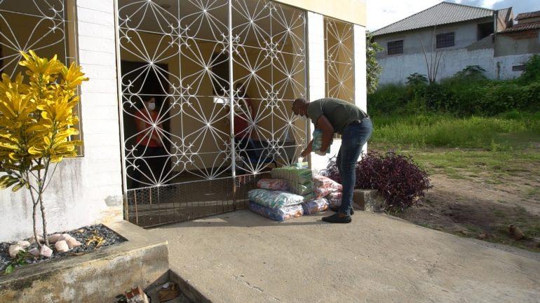 Técnico de enfermagem que dormia no terraço de casa para proteger mãe entregando cestas básicas a instituição