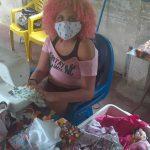 Menina confecciona mil máscaras para trocar por alimentos