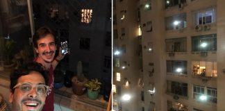 Rapazes na janela tocando música para vizinhos e janelas dos prédios com vizinhos acompanhando