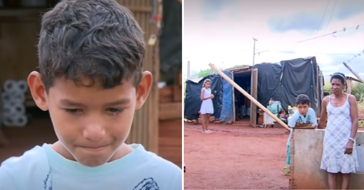 do lado esquerdo: menino de 10 anos que trabalha sozinho para sustentar a família emocionado e no lado direito o menino, avó e irmã em frente o barraco