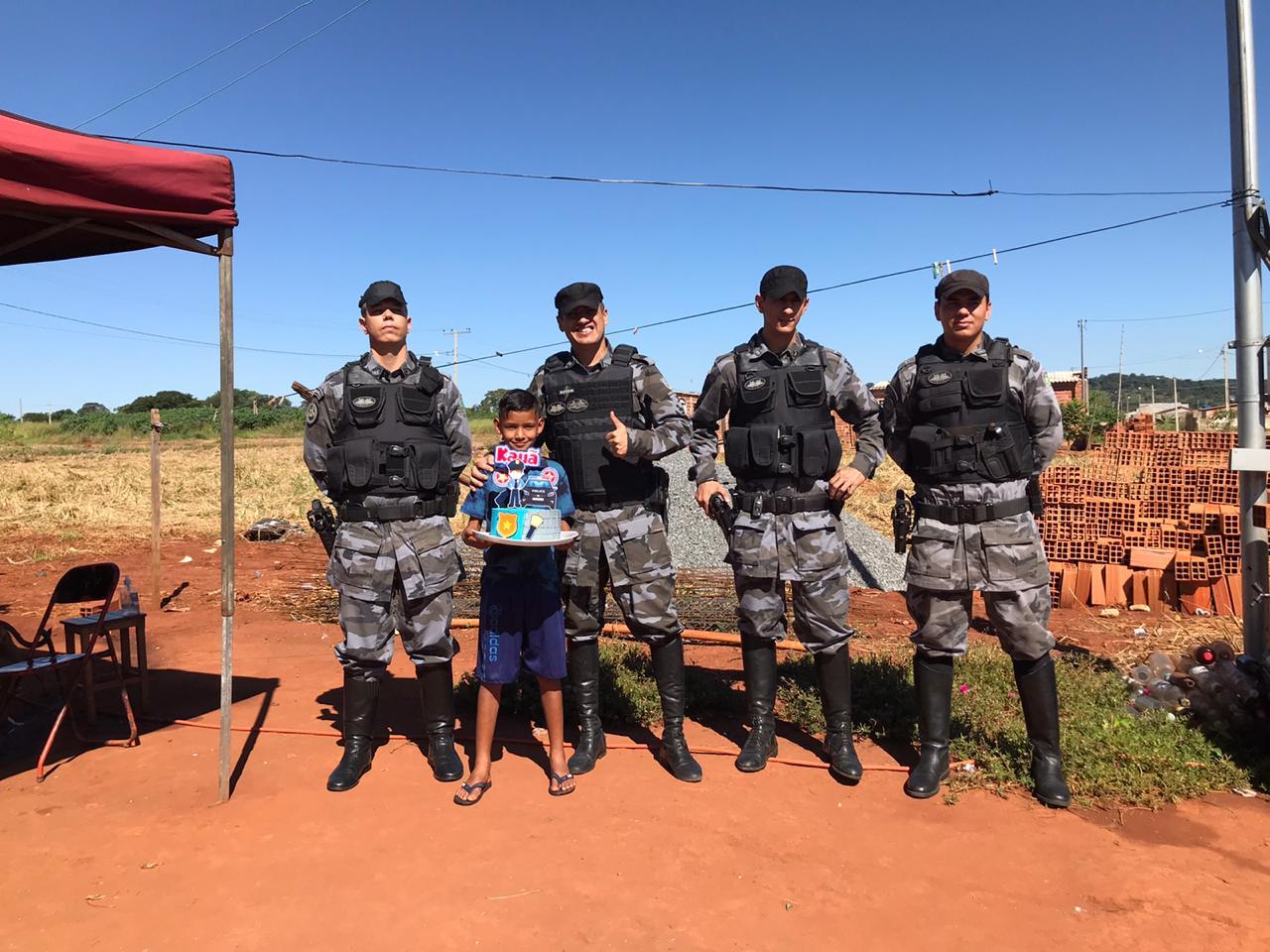 menino Kauã com policiais em Trindade (GO)