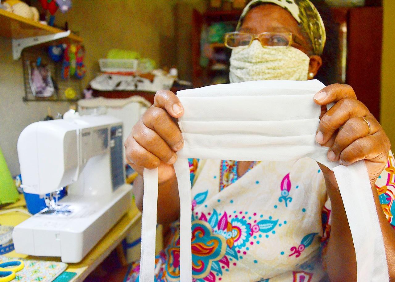 artesas confeccionam mascaras proteção doam famílias carentes