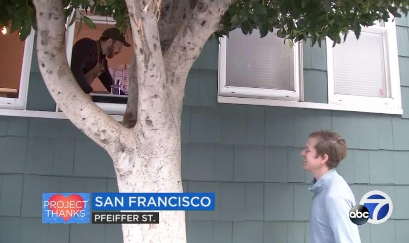 homem distribui cafés janela casa para trabalhadores essenciais
