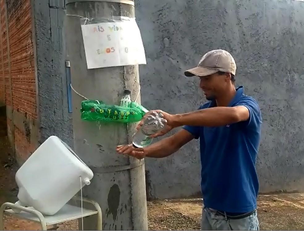catador reciclagem lavando mãos suporte preso poste