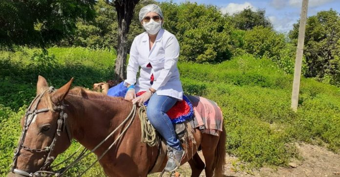 enfermeira usa cavalo atravessar rio atender idosos com gripe