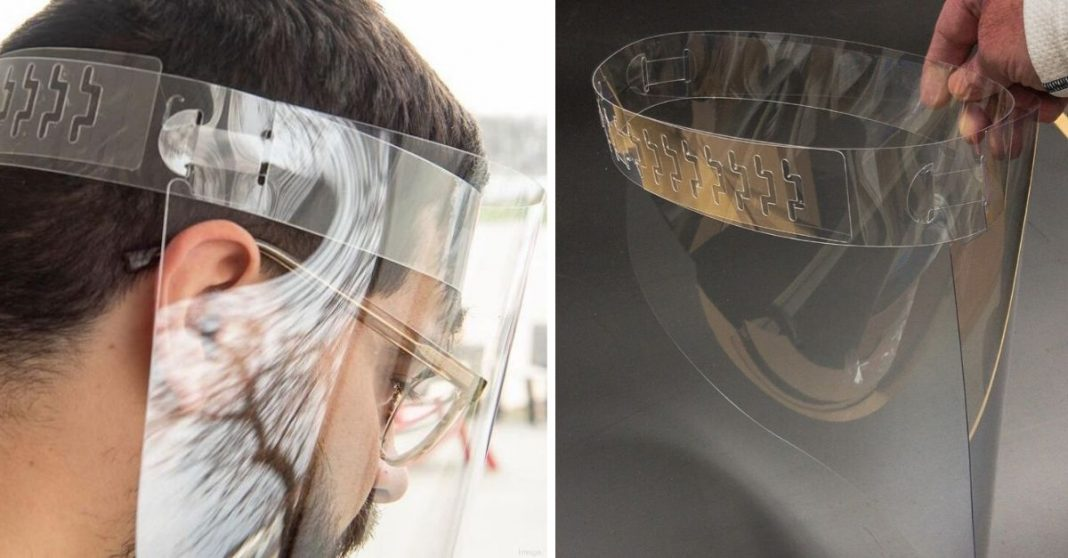 Homem usando protetor facial criado e distribuído de graça por designers