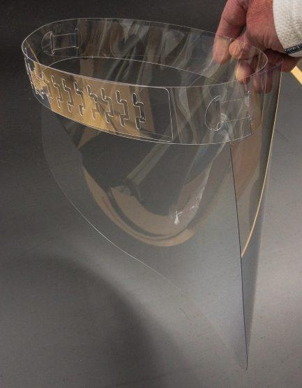 Protetor facial criado e distribuído de graça por designers