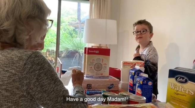 família monta supermercado em casa para idosa vovó com alzheimer fazer compras