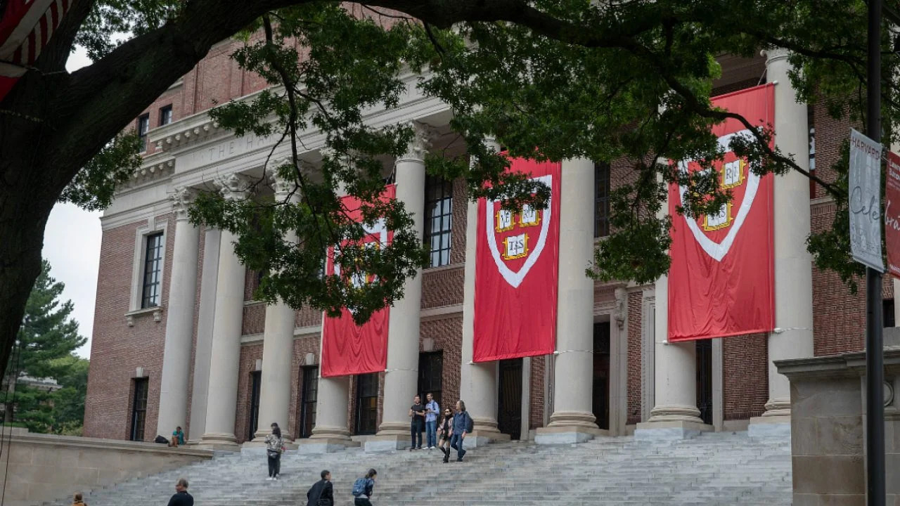 fachada da universidade de Harvard