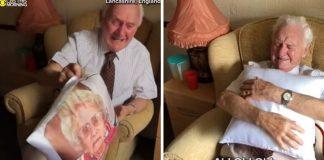 viúvo chora receber travesseiro com rosto esposa falecida