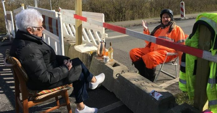 casal de idosos países diferentes fronteiras fechadas encontro