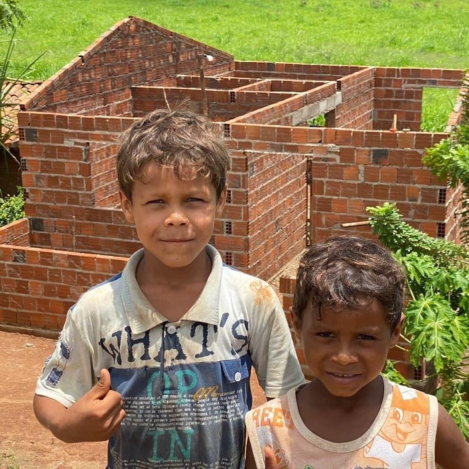 construção da casa irmãos que vendiam feijão na estrada ao lado pai