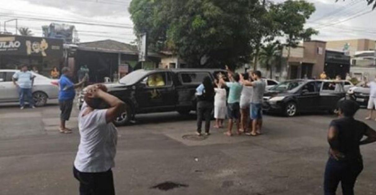 carro funerário leva vítima fatal covid mãe despedida