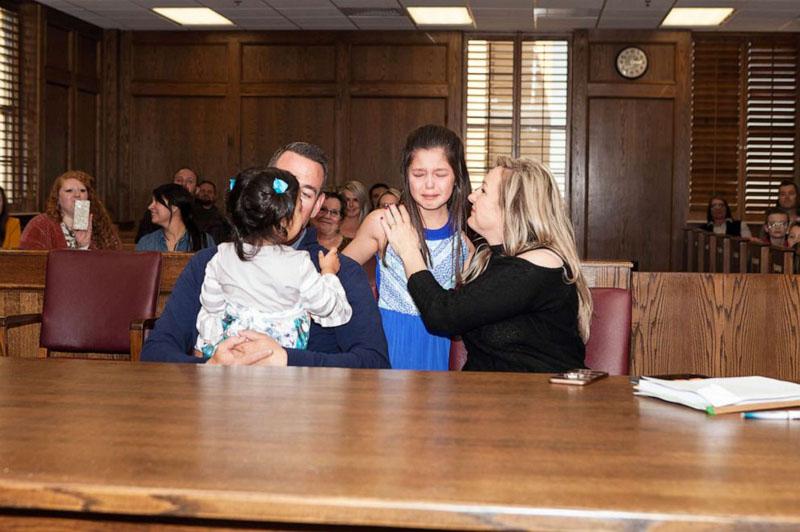 colegas participam audiência de adoção menina e sua irmã