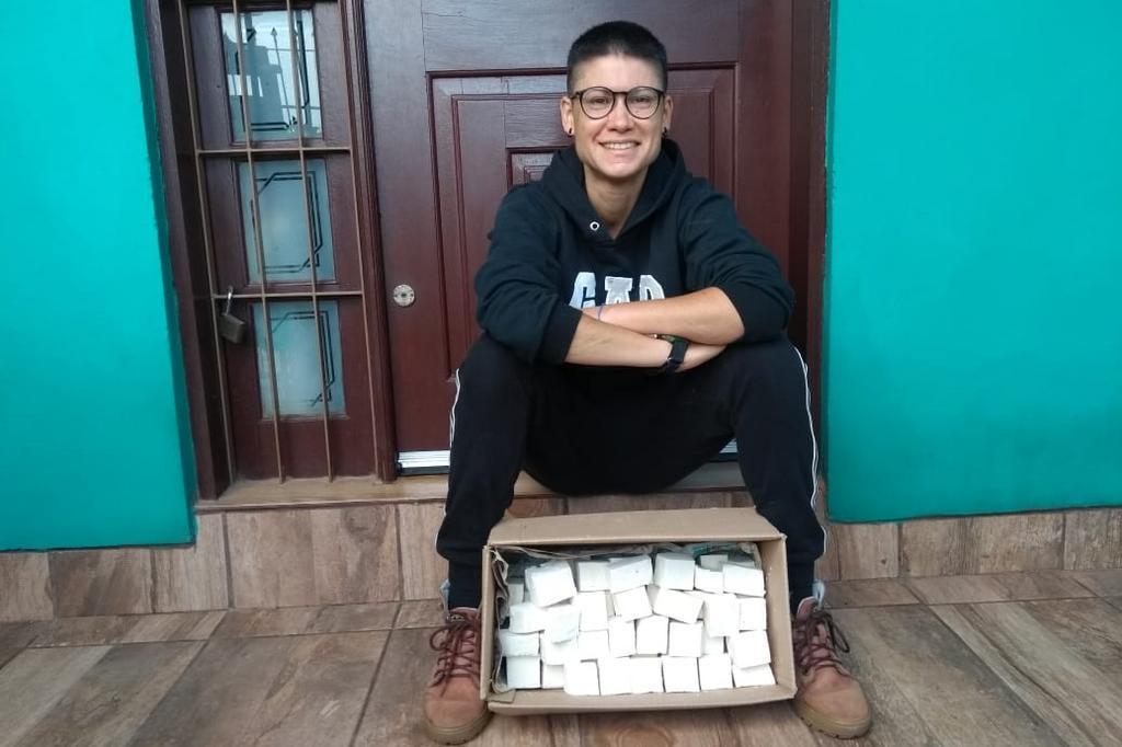 mulher faz sabão caseiro distribui moradores de rua