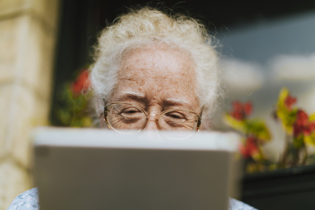 idosa fazendo chamada de vídeo