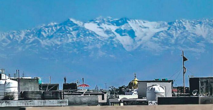 Sem poluição picos Himalaia voltam ser visíveis população india