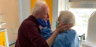 casal de idosos vence coronavírus abraço amoroso