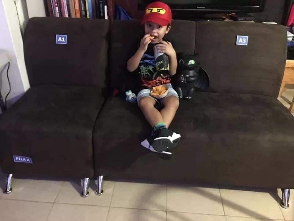 pai leva cinema dentro de casa para filho assistir filme