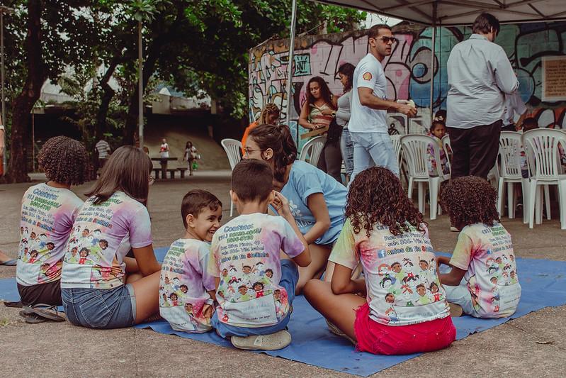 voluntária realizando ações com crianças