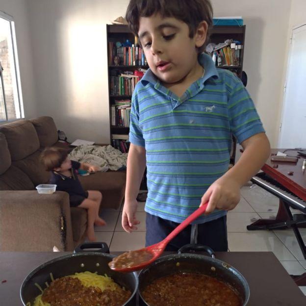 Internautas mandam vídeos lindos para o menino autista que chorou no aniversário 1