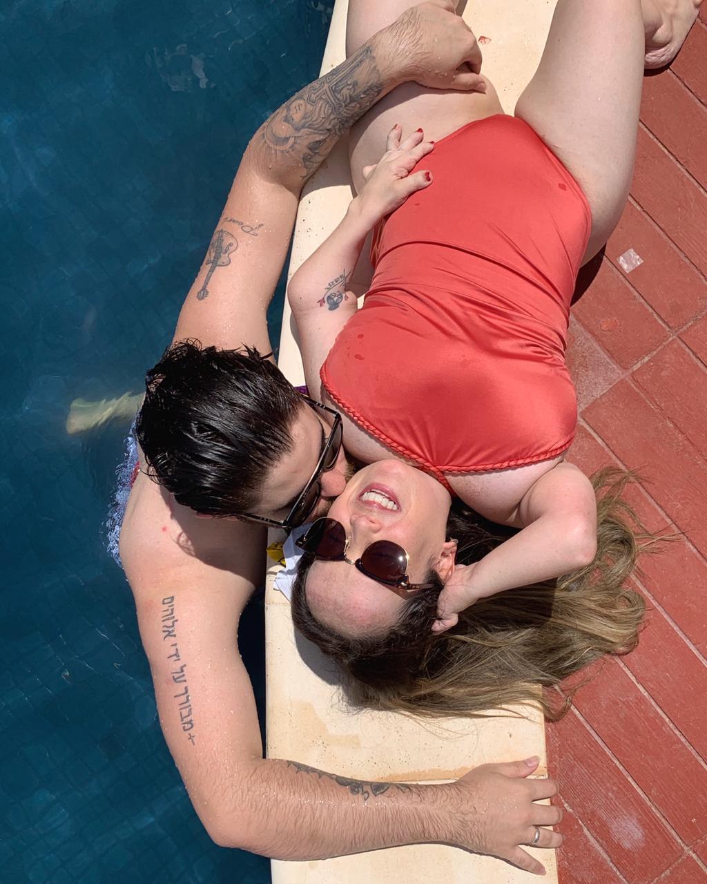 casal beira piscina