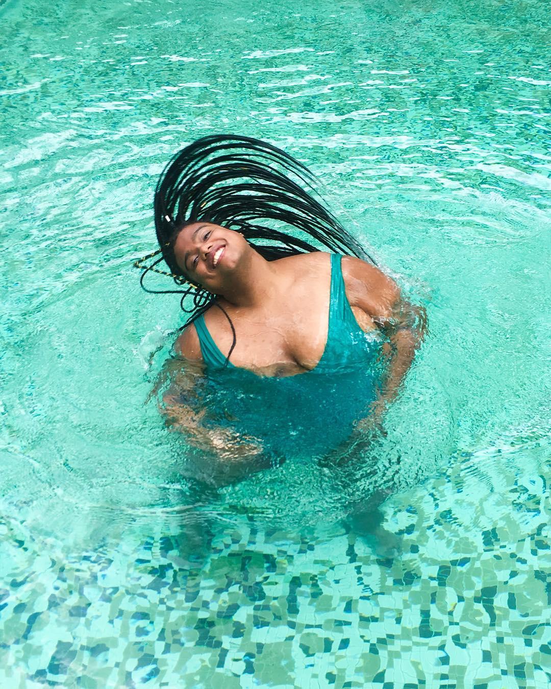 mulher preta gorda maiô piscina