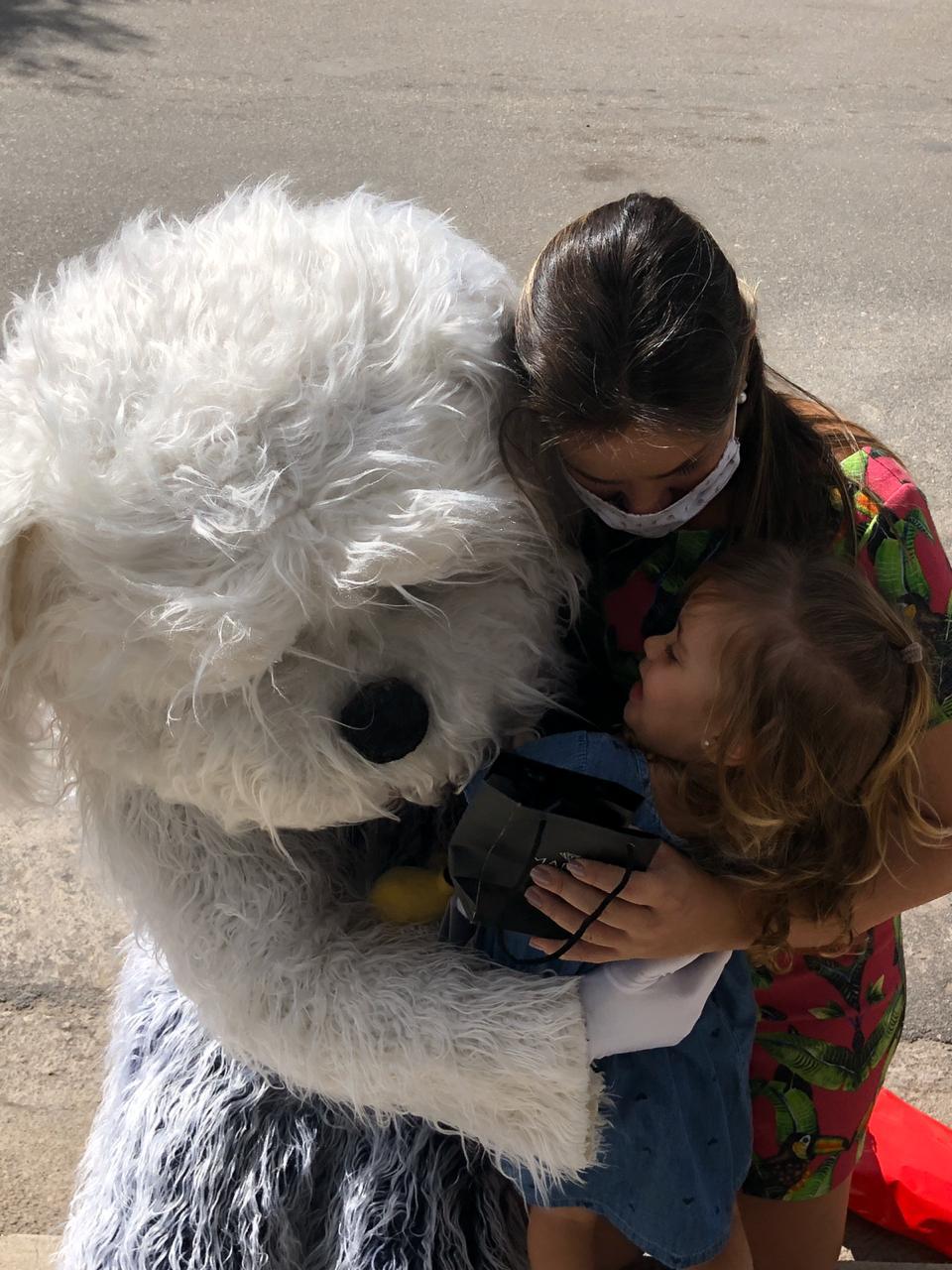 Médico se fantasia de cachorro para abraçar a filha e a esposa grávida em MG 4