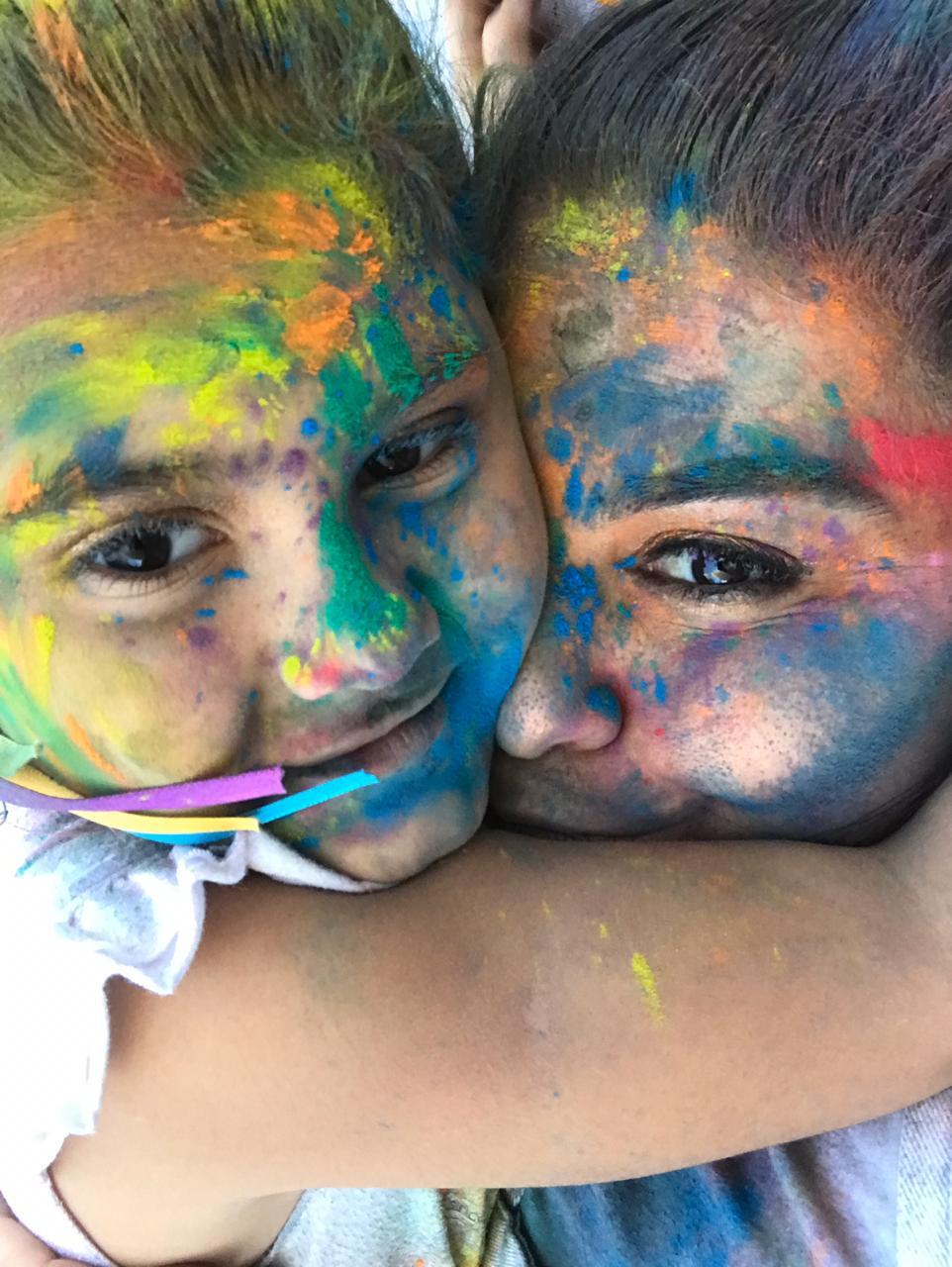 Selfie mãe e filha cara pintada tinta