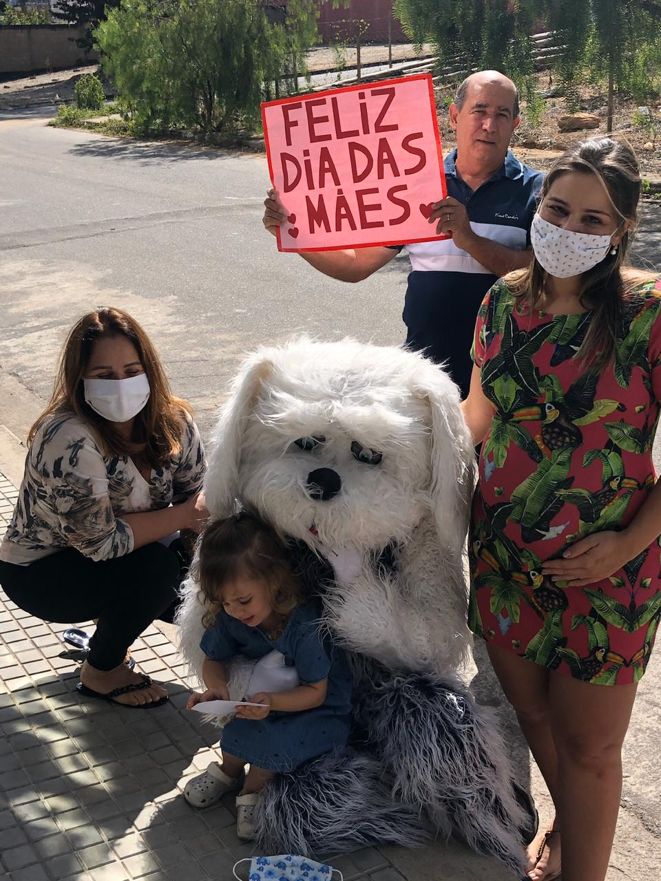 Médico se fantasia de cachorro para abraçar a filha e a esposa grávida em MG 1