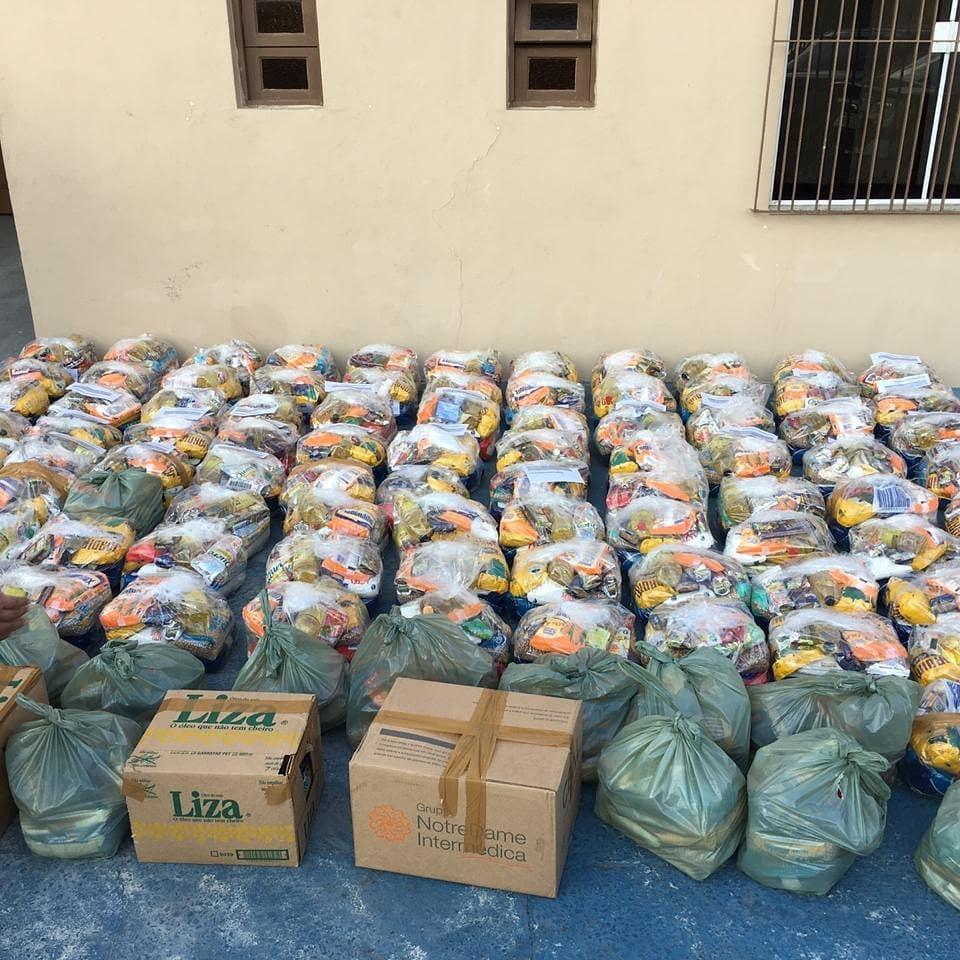cestas básicas enfileiradas chão