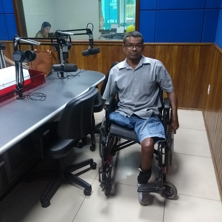 homem sentado cadeira de rodas estúdio rádio