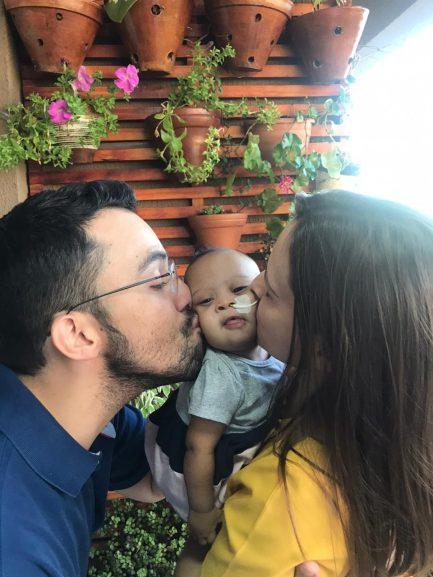 Pai e mãe com criança com Síndrome de Down