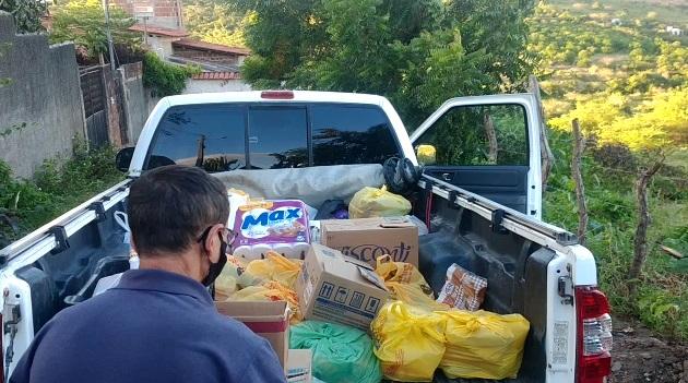 Imagem de vendedor de amendoim retirando compras de caminhonete