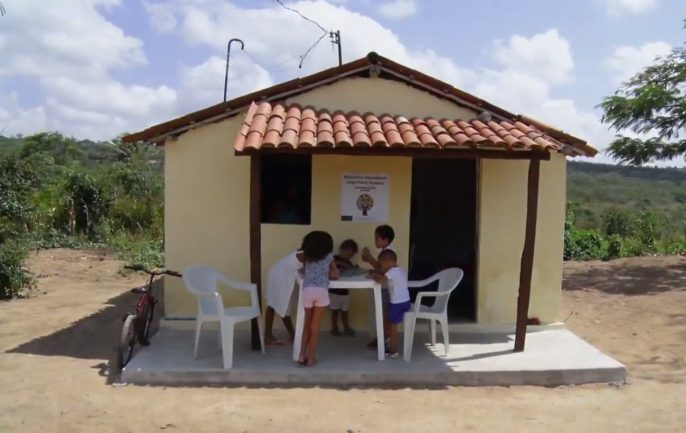 Casa que serve de biblioteca e crianças lendo