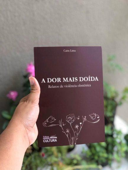 Mão segurando livro