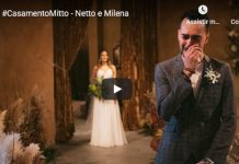 Imagem de cerimônia de casamento com noivo chorando à frente enquanto noiva entra no local da cerimônia