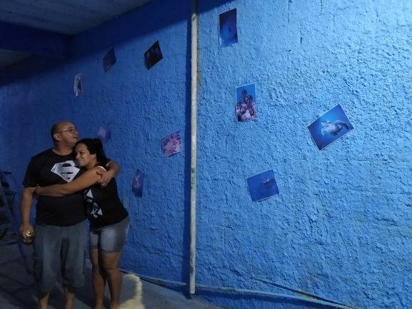 Marido e mulher se abraçando olhando para mar pintado em parede de varanda