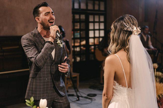 Noivo cantando para a noiva em casamento