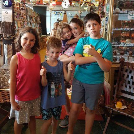 Crianças posando para foto dentro da loja