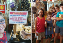 Criança sorrindo em loja com recado atrás e grupo de crianças posando para foto dentro da loja