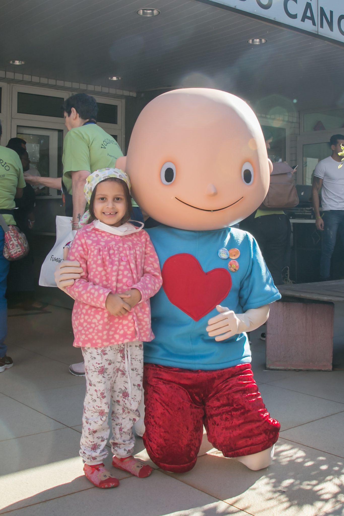 criança com mascote hospital itaci