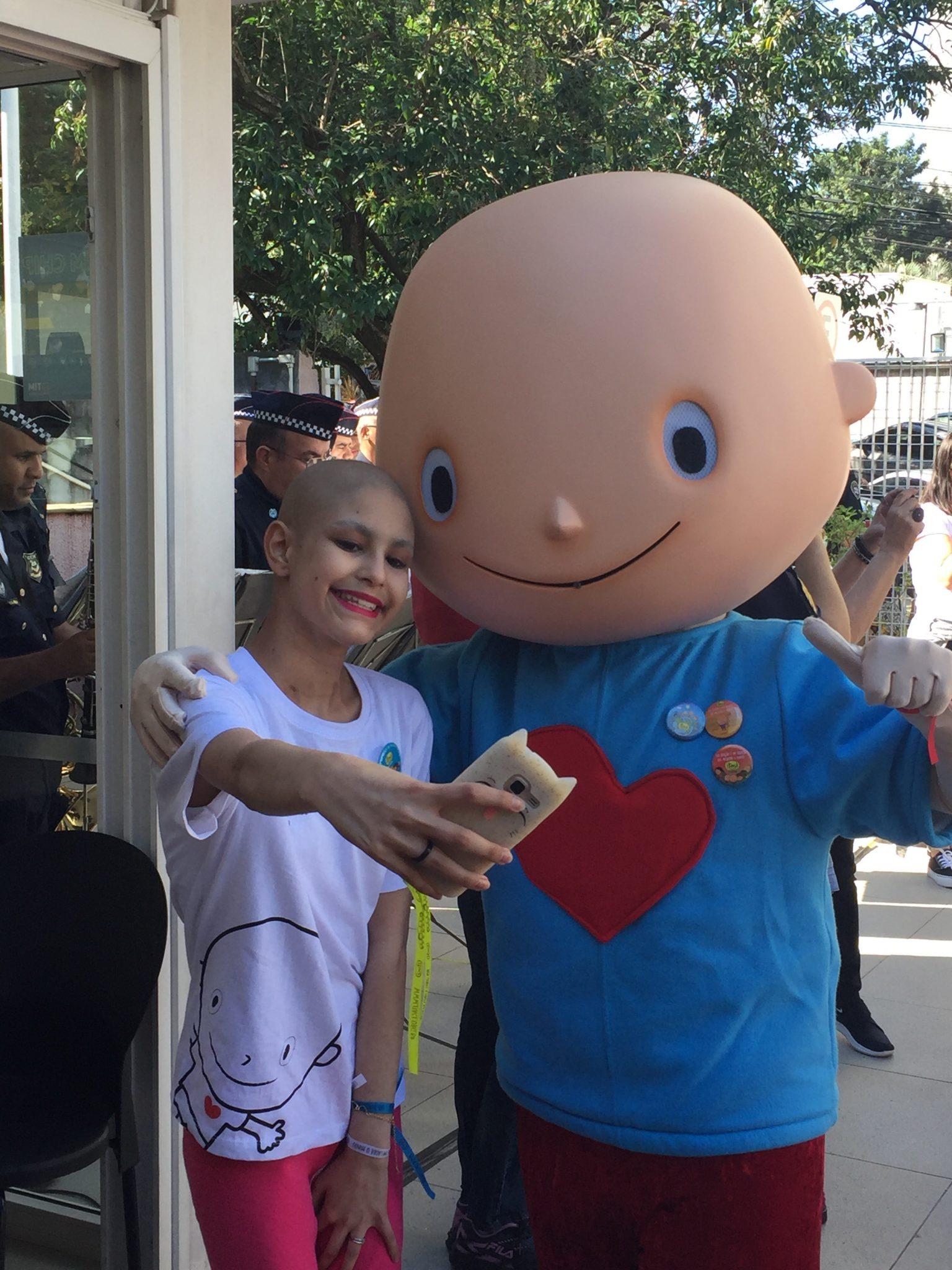 criança câncer selfie mascote hospital itaci