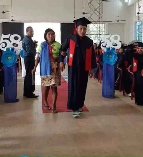 Joven-indígena-madre-graduación