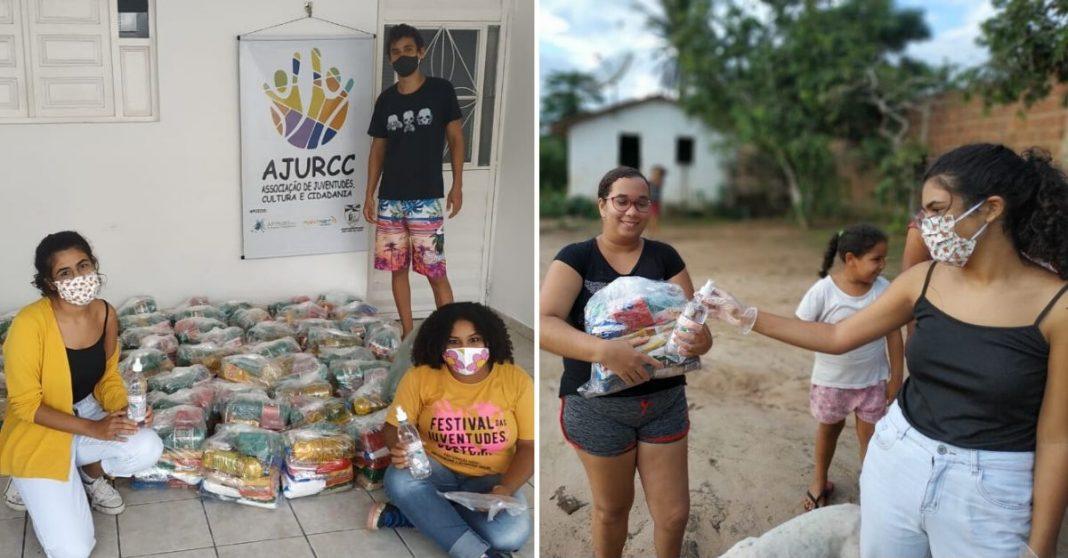 Jovens em uma sala organizando cestas básicas e uma garota entregando cesta e álcool em gel a uma mulher em frente à sua casa na zona rural