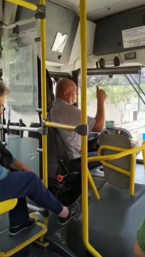 Motorista de ônibus sendo gentil com passageiros